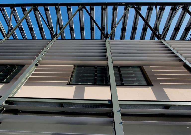 Detail der verstellbaren Sonnenschutzlamellen im Geschäftssitz von ACCA software