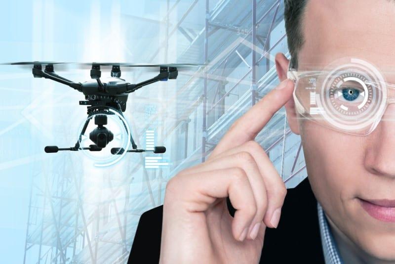 Bild mit Drohne neben Mann mit technologischer Brille
