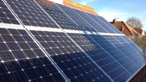 Imagen que muestra algunos paneles fotovoltaicos recubierto parcialmente por sombras