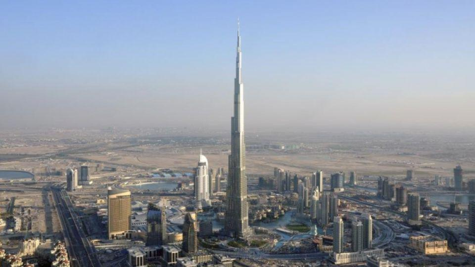 Foto aerea del Burj Khalifa en su contexto urbano