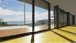 Dettaglio delle texture del pavimento e vista esterna