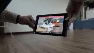 """l'image montre l utilisation La réalité augmentée se prête bien aux applications d'architecte d'intérieur et à la conception architecturale dans une pièce vide, vous pouvez appliquer des marqueurs sur les murs et filmer la pièce avec la caméra du et à l'aide de l'application en question qui montre le """"résultat final"""" composé des murs et des sols réels et les objets d'ameublement virtuel"""