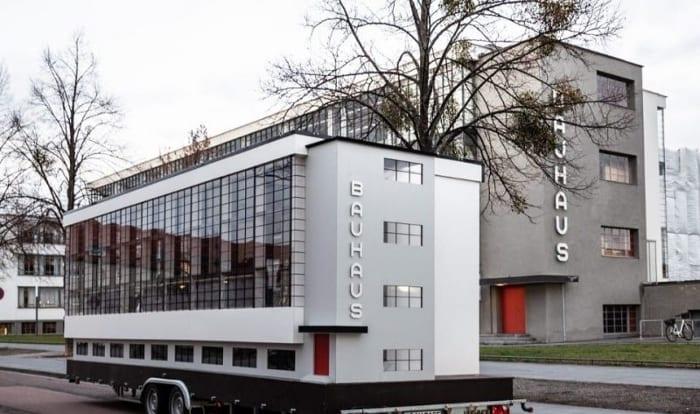 entre technologie et culture, le Bauhaus va devenir, à l'occasion de son centième anniversaire, un agréable bus itinérant la Wohnmaschine, (en français une maison mobile) , c'est un autocar de 15 mètres carrés qui ressemble au symbole du Bauhaus. Des fenêtres transparentes coupées par des grilles noires et portant l'inscription verticale emblématique. la Wohnmaschine est aménagée pour accueillir des réunions et des ateliers.