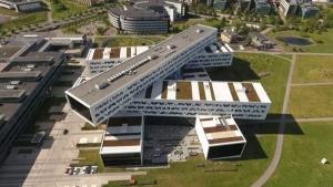 un rendu du Project du Statoil en Norvège qui montre un bâtiment avec des formes rectangulaires disposer les unes sur les autres comme un mikado, une construction très futuriste