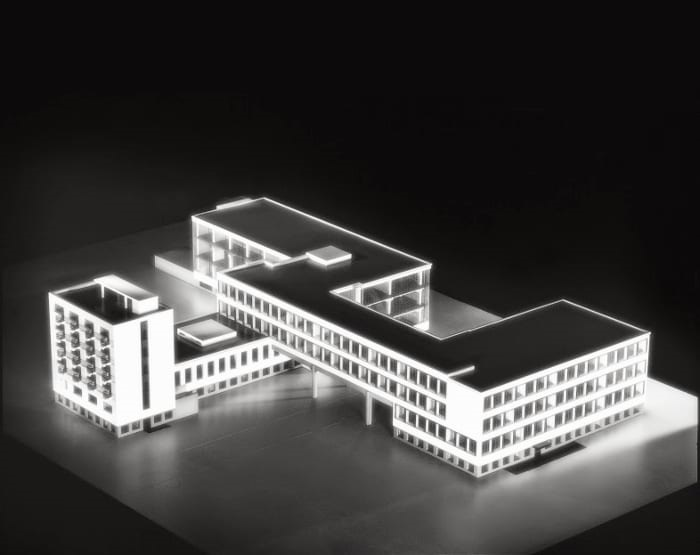 une image qui représente la conception des bâtiments, tous reliés les uns aux autres. Le monument est ainsi formé de trois ailes:la première est destinée aux ateliers, la seconde à l'administration, et une dernière à l'école d'arts décoratifs et d'artisanat. L'établissement abrite aussi un foyer étudiant, auquel se sont greffés un théâtre, une salle de fête et un restaurant, tous répondant à la pensée de Walter Gropius:«Construire, c'est créer des événements.»