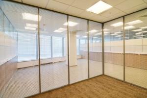 l image montre le détails d'un rendu en temps réel de plusieurs bureaux vide séparées par des cloison vitrée avec des persiennes qui sont disposé à l'intérieur des vitre de divisons, les détails représentent par les angle de la pièce , le parquet, et le faux-plafonds avec son éclairage