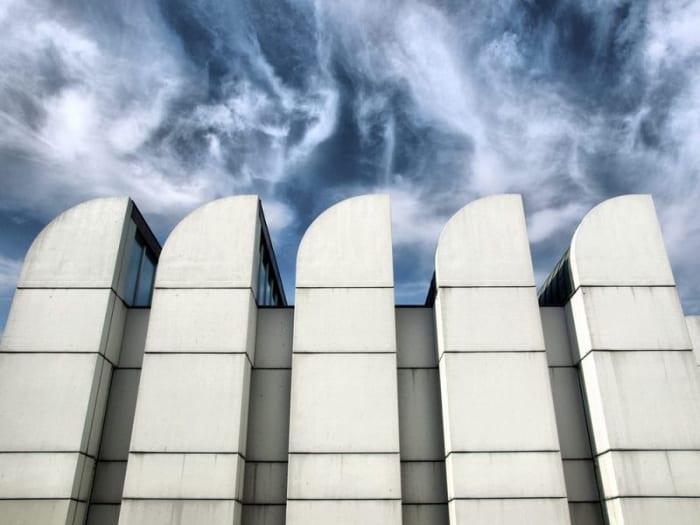 l'image représente le bâtiments des archives du Bauhaus à Berlin la plus importante école de design, d'art et d'architecture du XXe siècle. Elles possèdent la plus grande collection au monde sur l'histoire et l'impact du Bauhaus