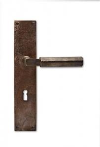 Parmi les objets les plus emblématiques du Bauhaus, une pièce signée du fondateur de l'école, Walter Gropius : la poignée que l'architecte a conçue à l'origine pour l'usine Fagus, entièrement conçue par Gropius en 1923 et située à Alfeld en Allemagne.