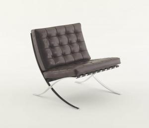 l'image représente la chaise Barcelone, aussi désignée sous le nom de fauteuil Barcelona ou plus simplement Barcelona (nom et modèle déposés), fait partie des créations les plus emblématiques du mobilier au xxe siècle. C'est une chauffeuse dotée d'une structure apparente et d'un piétement d'acier chromé poli en X, dessinée par Ludwig Mies van der Rohe et sa partenaire Lilly Reich.
