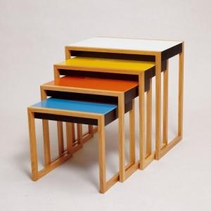 Dessinées en 1926 par l'artiste Josef Albers durant son séjour à l'école du Bauhaus, ces tables gigognes sont la représentation stylistique de l'art Bauhaus. En effet, la présence de formes géométriques, et des couleurs primaires sont les caractéristiques centrales de cet art. L'artiste fut d'ailleurs un des représentants de l'Op art. Cette influence est nettement visible dans cette oeuvre. Effectivement, son travail sur les jeux d'optiques se retrouve par le biais de couleurs complémentaires, de formes qui s'emboîtent et de dimensions différentes.