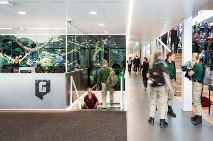 l image représente l'école passive et ses espaces intérieurs du la Graafschap College de Doetinchem avec ces long corridors