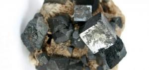 l'image représente La pérovskite présente un aspect métallique et une couleur noire ou brun-rouge. Elle peut parfois être légèrement transparente. Elle a une densité de 4,0 et une dureté de 5,5 sur l'échelle de Mohs. la pérovskite qui désigne à l'origine le minéral CaTiO3 (titanate de calcium). Les pérovskites désignent des « minéraux accessoires » communément trouvés dans les carbonatites et l'un des hôtes majeurs pour les terres rares et le niobium3.