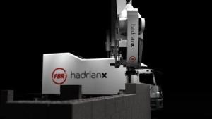 l'image montre un robot nommé Hadrien capable de construire des briques d'une maison en quelques jours, et terminer sa taches en trois jours - l'image montre le robot, se robot et un énorme camion avec un bras de 7m qui et commander par la cabine de pilotage du camion