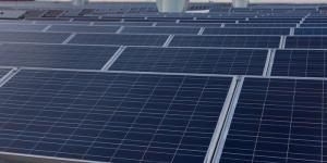 l'image montre les panneaux solaire positionner sur le toit qui sont utilisé pour l'alimentation électrique et d'eau chaude
