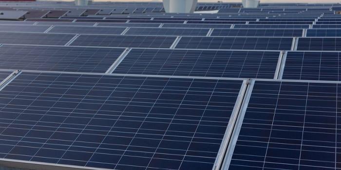l'image montre les panneaux solaire positionner sur le toit de l'école passive qui sont utilisé pour l'alimentation électrique et d'eau chaude