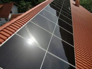 l'image représente un toit avec une installation de Panneaux photovoltaïques en silicium et pérovskite