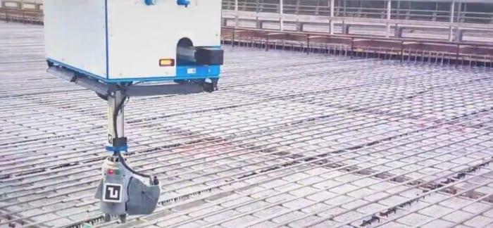 l'image montre un bras de robot qui remplace le travail humain pour le ferraillage d'une structure en béton