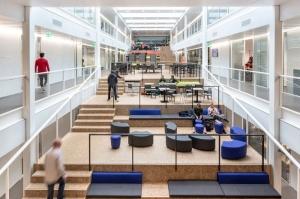 l'image montre les espaces interieurs du Graafschap College de Doetinchem, l espaces se subdivise en 2 long corridors qui donne accès au classe, et au milieu de ces 2 corridors des espaces de relax sur plusieurs niveaux qui permette au étudiants d'échanger, de partager leur considérations