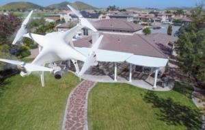 l'image montre un drone en vol au dessus d'une maison qui prend des photos , cette action s'appel aérophotogrammétrie