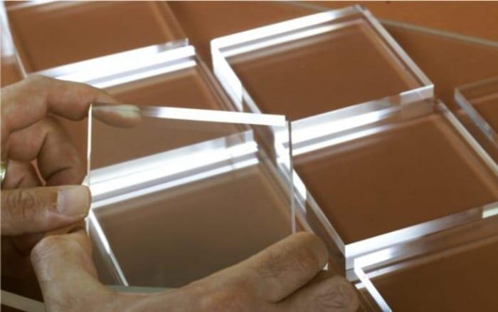 l'image est représentée par des carrés d'aluminium transparent