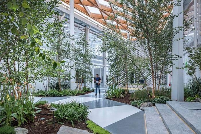 L'image illustre l'ambiance des jardins internes du hall principal l'expo à west bund worl sur les technologies dans la constructions avec Edificius un logiciel de conception architecturale