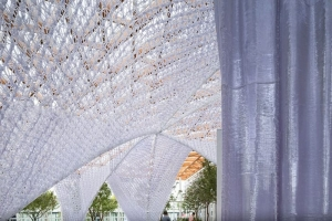 L'image illustre la façade principale de l'expo, qui est dotée d'un rideau raffiné en polycarbonate, à west bund worl sur les technologies dans la constructions avec Edificius un logiciel de conception architecturale