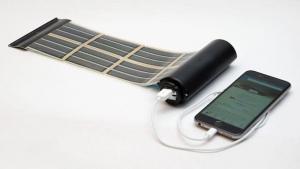 L'image illustre un système qui peut générer et stocker de l'énergie, la surface photovoltaïque est composée de cellules solaires organiques imprimés sur un film mince et doué d'une grande souplesse, il y a le panneau solaire et une puissante batterie, Solarius PV logiciel d'énergie renouvelable