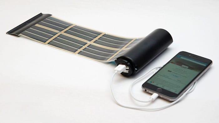 L'image illustre un système qui peut générer et stocker de l'énergie, la surface de panneaux solaire photovoltaïque flexibles est composée de cellules solaires organiques imprimés sur un film mince et doué d'une grande souplesse, il y a le panneau solaire et une puissante batterie, Solarius PV logiciel d'énergie renouvelable