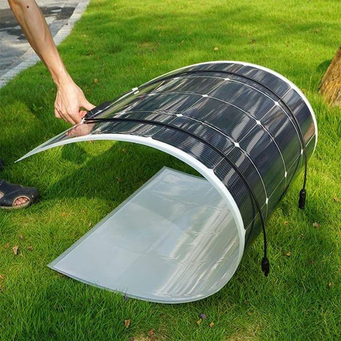 L'image montre un panneau solaire photovoltaïque flexible qui se plie et d'montre une souplesse incroyable elle se plie sans se casser, Solarius PV logiciel d'énergie renouvelable