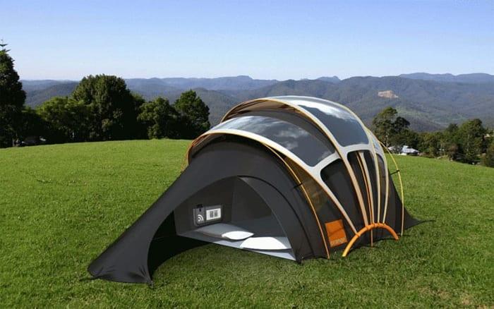 Cette tente de camping dispose d'une structure de panneaux solaire photovoltaïque flexibles coulissants et qui surplombent la tente elle-même comme un toit supplémentaire elle donne la possibilité de recharger des dispositifs et même de se réchauffer à l'intérieur. Solarius PV logiciel d'énergie renouvelable