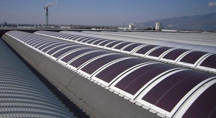 L'image représente des panneaux solaire photovoltaïques flexibles mis en place sur des surfaces arrondie, Solarius PV logiciel d'énergie renouvelable