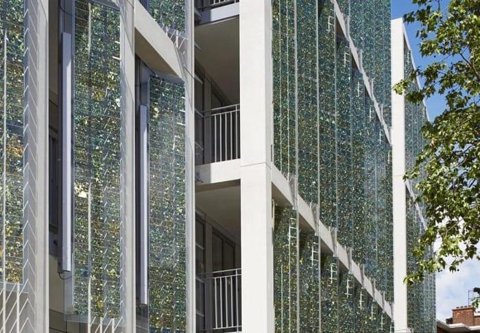 L'image représente la façade d'un bâtiment avec des panneaux solaire photovoltaïque flexibles en position horizontale, Solarius PV logiciel d'énergie renouvelable