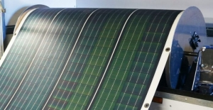 L'image illustre une bobine photovoltaïque flexible qui produit de l'électricité, Solarius PV logiciel d'énergie renouvelable