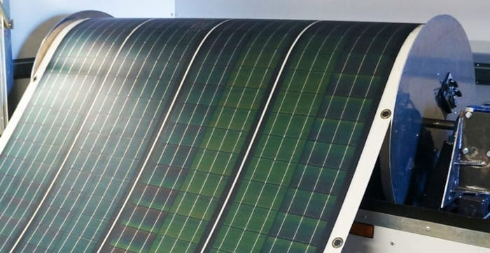 L'image illustre une bobine de panneaux solaire photovoltaïque flexibles qui produit de l'électricité, Solarius PV logiciel d'énergie renouvelable