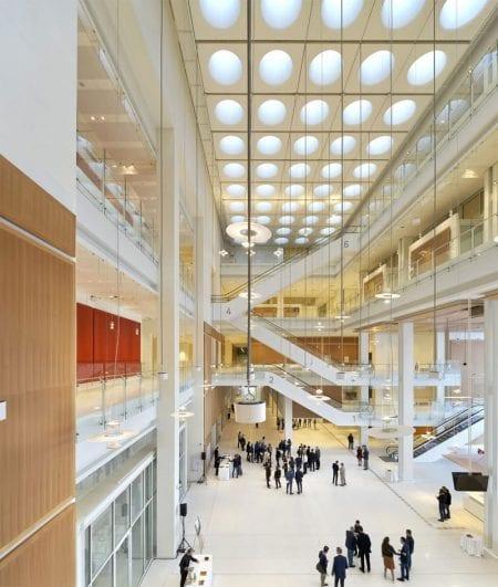 L'image représente l'entrée principale des Pas Perdus avec ses baies vitrées et ses longues lampes suspendues au plafond ainsi que ses escaliers mécaniques et les balcon entre les étages, ce projets réaliser en BIM