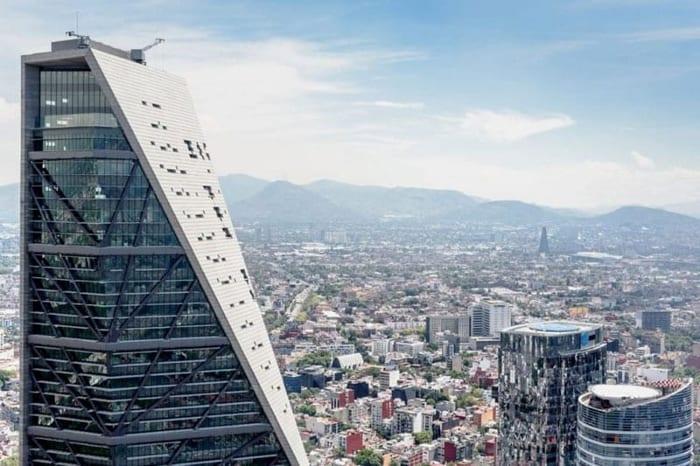 L'image illustre une vue sur le sommet du gratte-ciel en forme effilée, EdiLus logiciel de calcul de structure