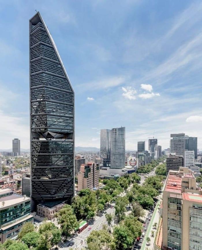 L'image illustre le gratte-ciel dans son contexte urbain et on voit la maison de 1930 au socle du gratte-ciel qui se trouve sur la rue du Paseo de la Reforma, EdiLus logiciel de calcul de structure