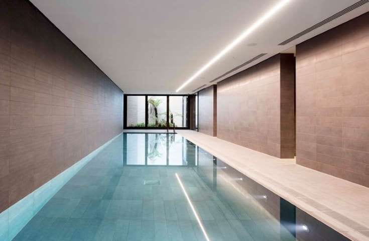 Bim projet, l'image représente un espace de détente avec piscine, l'un des 142 appartement de luxe construit dans le quartier Rathbone Square
