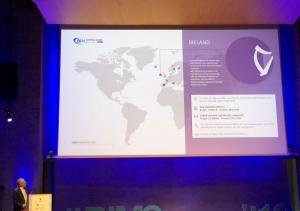 L'image illustre Ignasi Perèz Arnal dans un discours sur le BIM en Irlande lors du sommet européen BIM 2019 à Barcelone sur le BIM en Europe