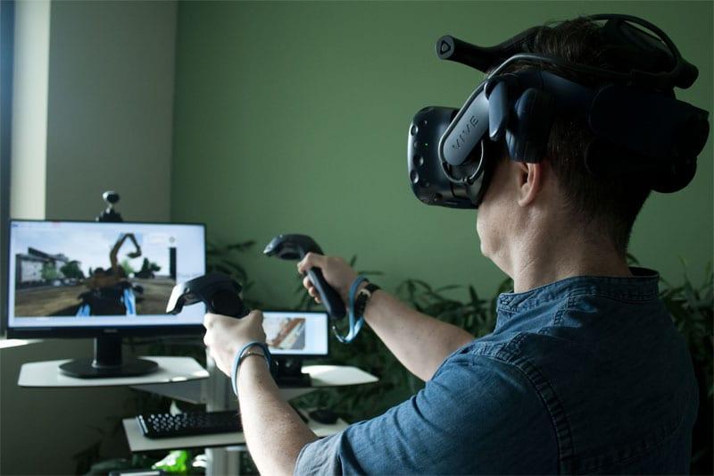 L'image représente un concepteur en plein immersion dans la maquette numérique 3D avec un casque et des manettes, dans l'article Architecutral Visualization, Edificius logiciel de conception architecturale 3D BIM