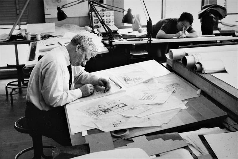 L'image représente Louis Isadore Kahn au travail sur une planche à dessin dans l'article Architecutral Visualization, Edificius logiciel de conception architecturale 3D BIM