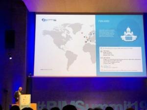L'image illustre Ignasi Perèz Arnal dans un discours sur le BIM en Finlande lors du sommet européen BIM 2019 à Barcelone sur le BIM en Europe