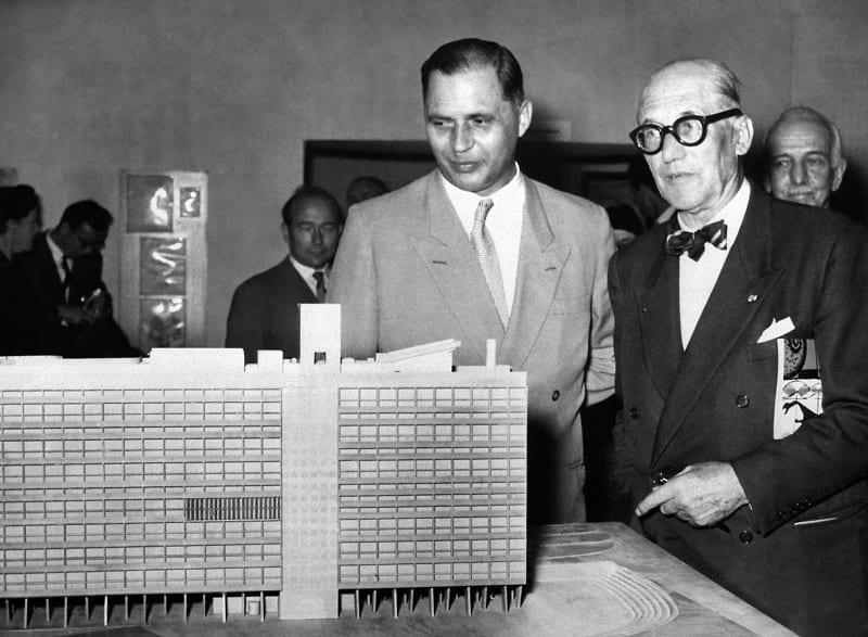 L'image illustre le Corbusier devant une maquette de l'unité d'habitation de la Cité radieuse dans l'article présentation du projet d'architecture, Edificius logiciel de conception architecturale 3D BIM