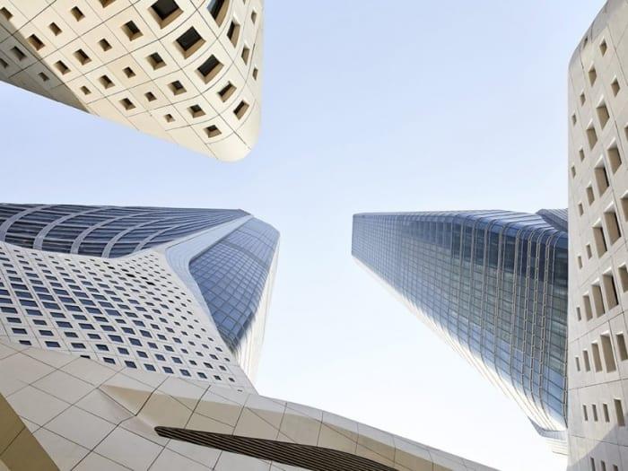 Une image de rendu par une vue depuis le bas vers le haut au milieu des deux tours