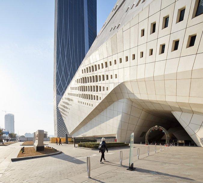 Un rendu de l'entrée du Centre Culturel de Nankin avec une façade blanche et très moderne