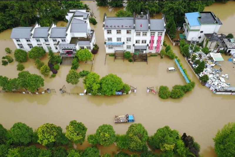 L'image représente une inondations d'une zone urbaine