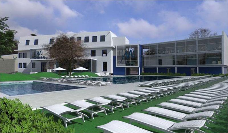 Un rendu extérieure de la piscine avec son espace autour de la piscine muni de chaise longue et l'on aperçois en arrière la façade du Monviso Sporting Club
