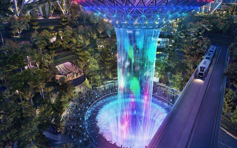 Aéroport international Changi de Singapour:la cascade vortex et le pont de la navette qui conduit aux terminaux