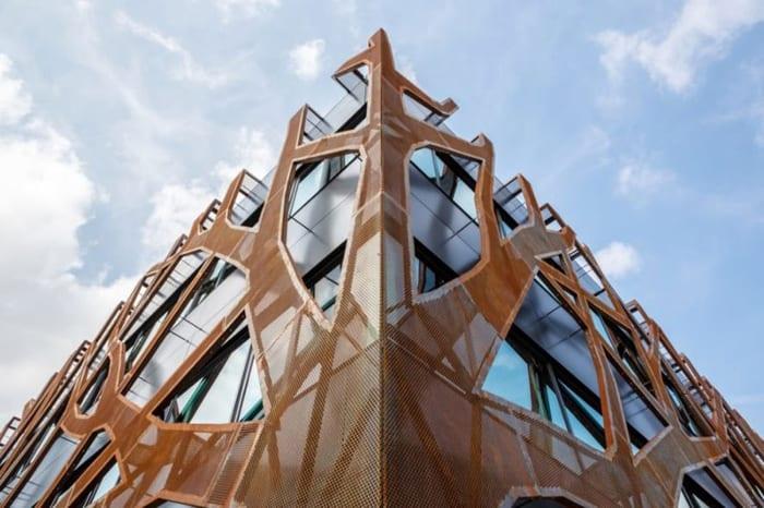 Detalhe do prédio escola sustentável, alimentada exclusivamente por energia solar-software-para sistemas fotovoltaicos Solarius-PV