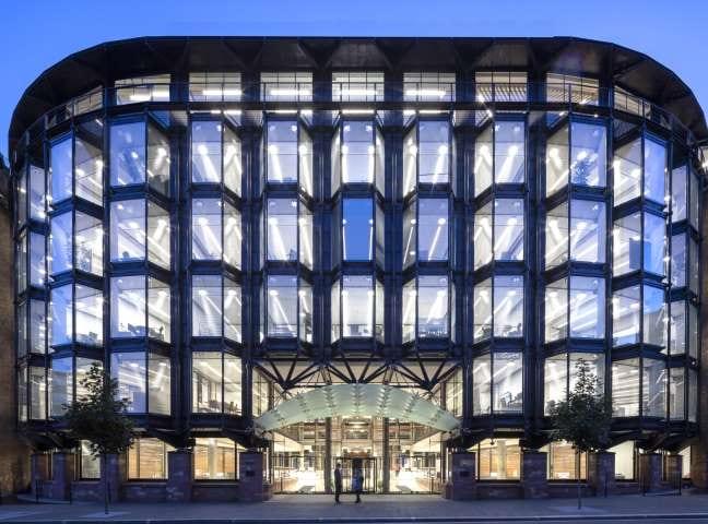 A imagem mostra a fachada da sede do Financial Times